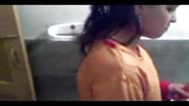 سنہرے بالوں والی سکس روسی جدید لڑکی کے لئے ایک مرگا کے اشتراک سے دو